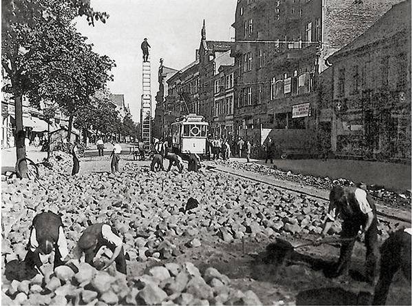 Тильзатский трамвай Tilsit_Die_Hohe_Str_wird_gepflastert_1927-33__ms