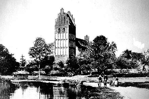 Die Kirche mit Teich und Park.