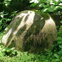 Памятный камень в честь лесничего Карла Цайдлера