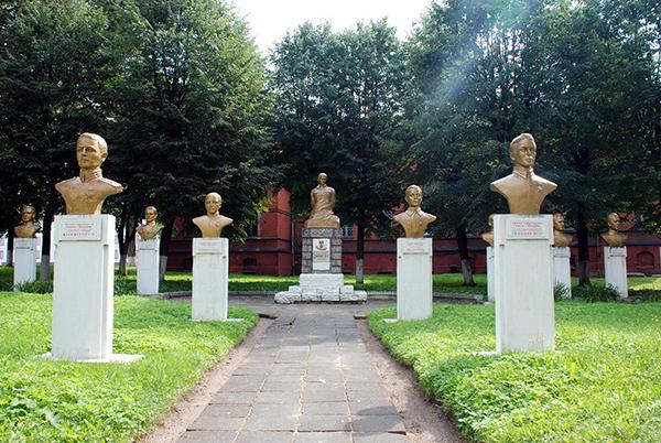 памятник смирнову гусев