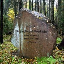 Памятный камень на могиле лесничего Пауля Баркхаузена