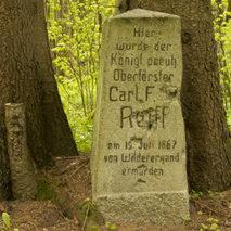 Памятный камень на месте гибели лесничего Карла Райффа