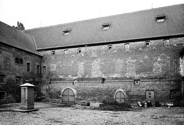 barten-schloss-nordflugel-innenhof-ansicht-von-sudosten-193x