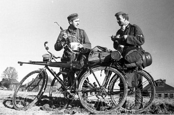 Russland-Nord, zwei Soldaten mit Fahrradern