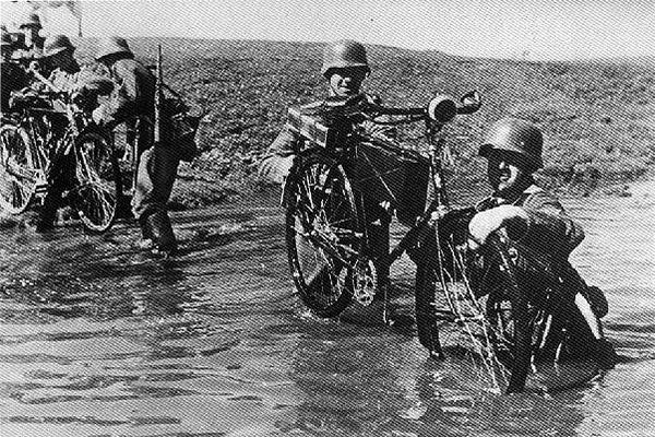 Wehrmacht Radfahrschwadron crosses river